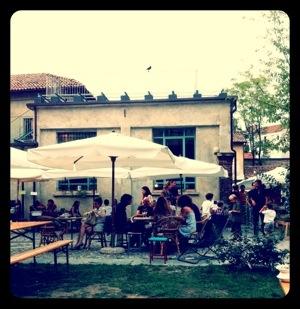 aperitivo all'aperto da Un Posto a Milano, Cascina Cuccagna