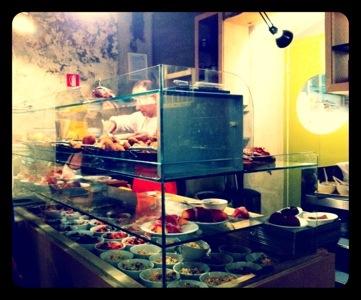 il bancone per l'aperitivo di Un posto a Milano