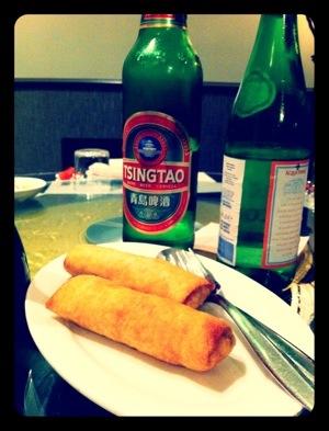 birra Tsingtao e spring rolls