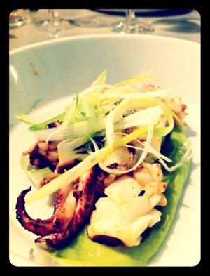 Calamaro alla plancia con crema di avocado e lime con cipollotto