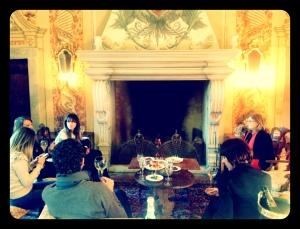 davanti al caminetto con Cristina Ziliani
